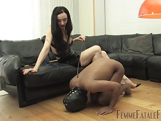 Skinny harlot uses male slave concerning fulfill sexual desires