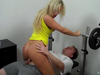 Blonde stunner Lina Lonatelo sucks together with screws in the workout room