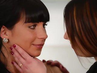 Sisley seduces Valentina into a good fuck