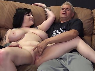 BBW tattooed floosie Scarlet Lavey opens her legs to be fucked